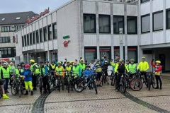 knapp 50 Radler starten trotz Dauerregen bei der Auftaktour