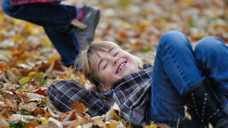 Kinder im Herbstlaub
