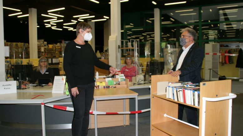 Bürgermeister besucht die Stadtbibliothek