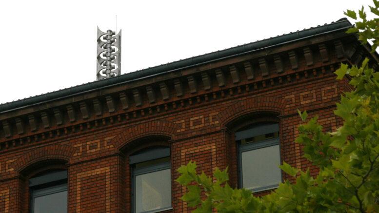 Hochleistungssirene auf dem Dach des Rathauses