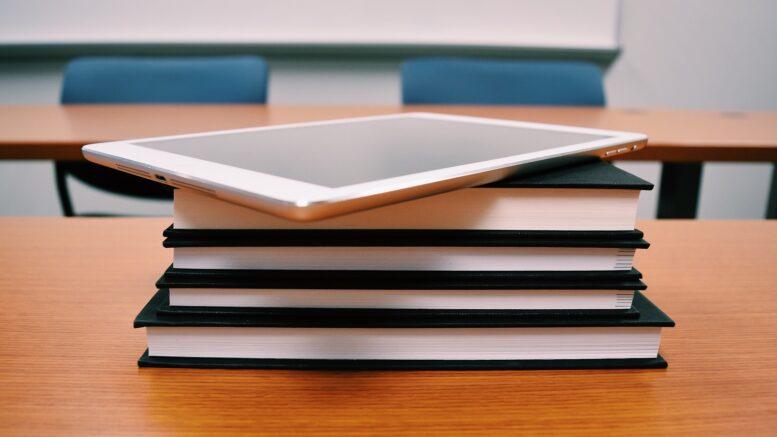 Tablet und Bücher