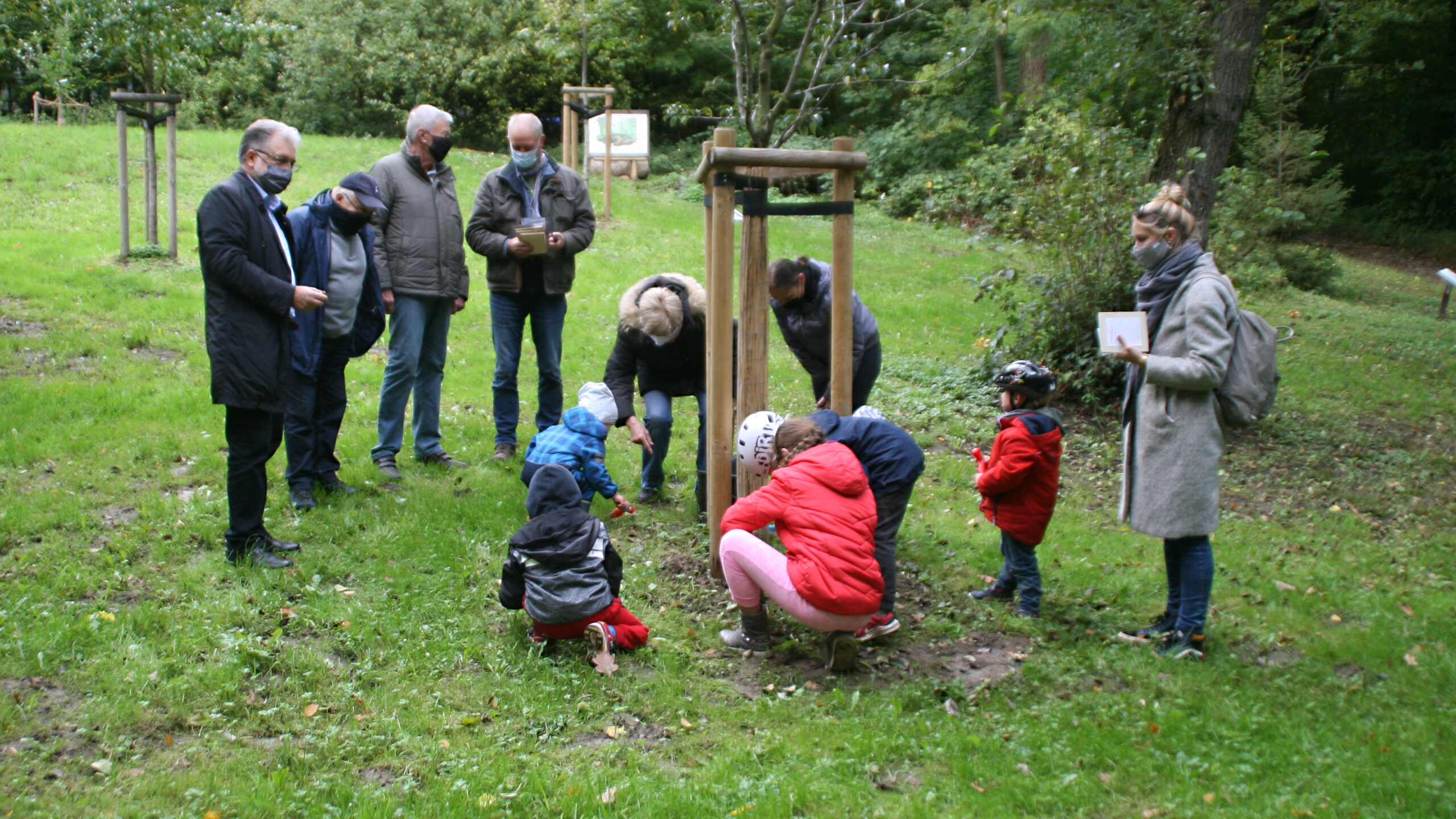 Kinder pflanzen Blumenzwiebeln im Mettmanner Stadtwald