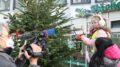Kinder beim Weihnachtsbaum-Schmuckwettbewerb
