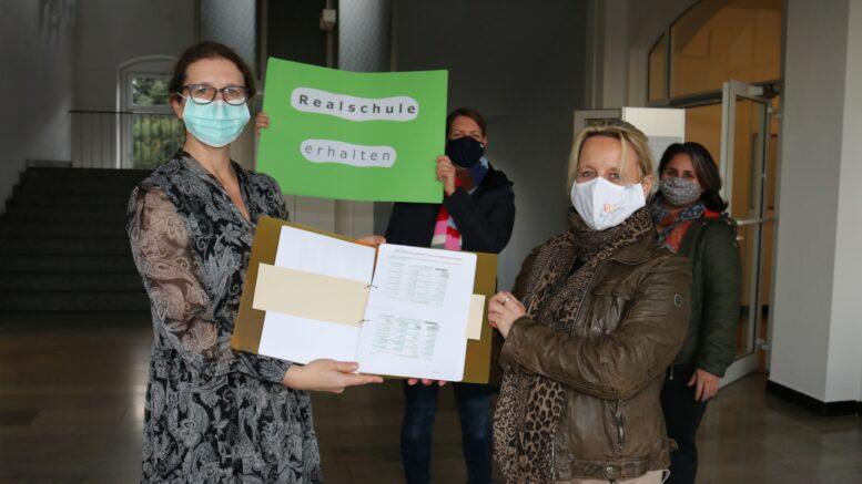 Übergabe der Unterschiftenlist an Bürgermeister Sandra Pietschmann