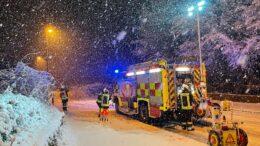 Feuerwehr auf verschneiter Straße