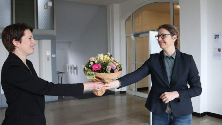 Bürgermeister Sandra Pietschmann reicht der neuen Gleichstellungsbeauftragten Karen Brinker einen Blumenstrauß