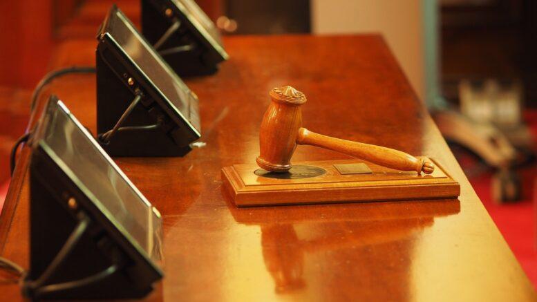 Richtertisch mit Hammer