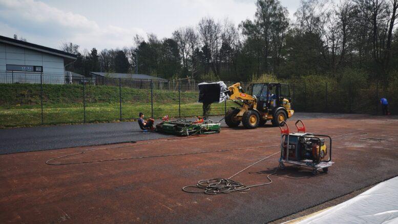 Das Kleinspielfeld an der Gruitener Straße erhält einen neuen Kunststoffbelag