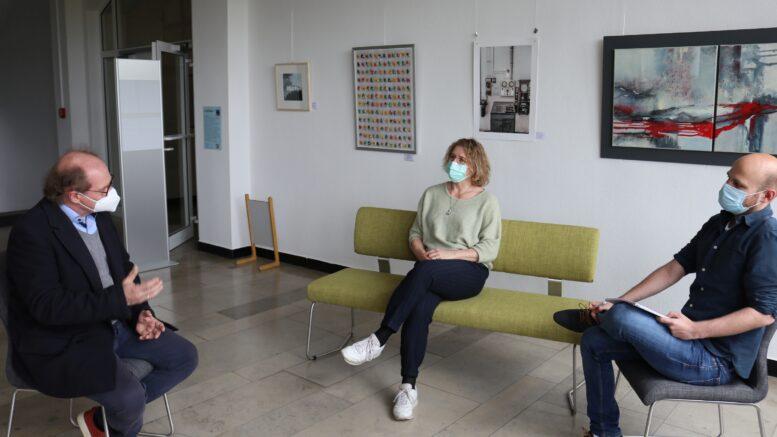 Bürgermeisterin Pietschmann, Klimaschutzbeauftragter Alpkaya und Energieberater Bertram im Gespräch.