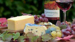 Wein und Käse auf einem Tisch