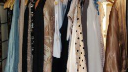 Frauenkleider am Ständer